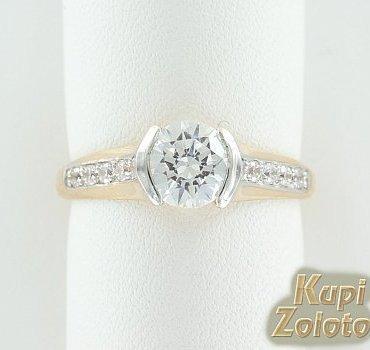 Золотое кольцо с кристаллами Сваровски фото из каталога интернет магазина Кумари РФ. Мерцающие кристаллы Swarovski в золотом блеске! Это красивое Золотой перстень скристаллами Сваровски будет эффектно смотреться на Вашей руке. Интересное изящное кольцо из золота, кольцо с кристаллами Swarovski, может быть   самостоятельным украшением  и яркой деталью роскошного гарнитура. Производство Ювелирной Компании Александра Кострома