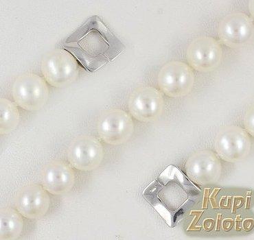 Браслет из белого жемчуга с серебряным замком фото из каталога интернет магазина Кумари РФ. Жемчужный браслет с серебром. Этот браслет из жемчуга и серебра будет прекрасно смотреться на Вашей руке, и привлекать внимание к каждому ее движению. Оригинальный браслет замечательно выглядит в качестве самостоятельного драгоценного украшения, и в комплекте, например, с кольцом или колье. Производство Ювелирной Компании ДеФлер